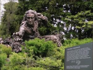 """""""分類学の父"""" カール・フォン・リンネの像"""