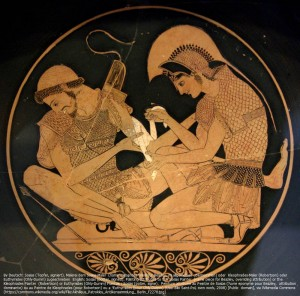矢で負傷したパトロクロスを治療するアキレウス。(紀元前500年頃)