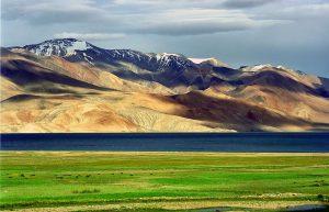 ステップ気候の草原(インド・ラダック)。背後に見えるのはカラコルム山脈。