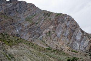 ヒマラヤの山の、重なる岩の層(インド、ヒマーチャル・プラデーシュ州ガスホール(Gushal)近く)