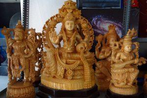 ビャクダンの木材で作られたヒンドゥー教の神々の像(インド・バンガロール)