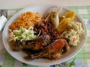 クレオール料理の一般的な昼食(ドミニカ共和国)