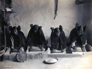 トウモロコシの粉を挽く、ホピ族の女性たち(1906年)