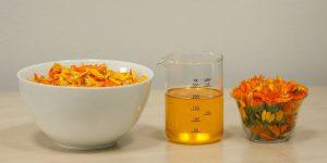 ホホバオイルとキンセンカの花 / ホホバオイルはアロマテラピーでの精油の基材(キャリアオイル)としても利用されます。