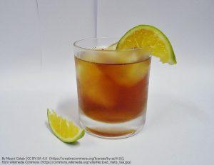 柑橘系フルーツを添えて、レモンティーのように飲まれるアイス・マテ茶