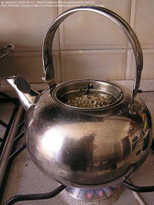 ティーポットごと火にかけて作られるマテ茶