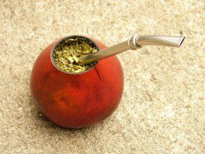 ぺポカボチャ(calabacin)をくりぬいて作った容器(=ポロ(poro)とも呼ぶ)で飲むマテ茶と、ボンビージャ(bombilla)と呼ばれる鉄製ストロー。
