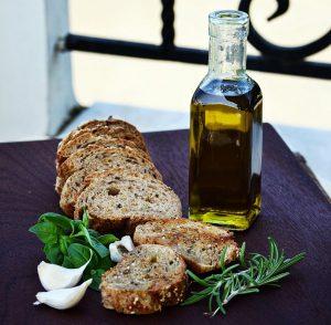 """パンにニンニクをつけて焼く""""ガーリックトースト""""は、香ばしい香りを添える。オリーブオイルとの相性も良い。"""