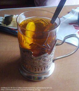 ロシアの列車内で出される紅茶。「ポッドスタニック(podstakannik)」と呼ばれる、グラスホルダーに入れられている。