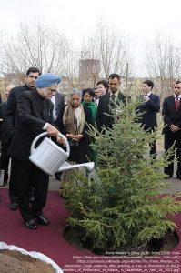 """""""母なる大地の擁護者(the Defenders of Motherland)""""の記念碑の場所で、植樹後に水を与えるパキスタンのマンモハン・シン首相(2011年4月16日・アスタナ/カザフスタン)"""
