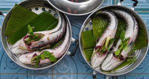 レモングラスと一緒に調理された魚料理 / バナナの皮の上で蒸されている(タイ)