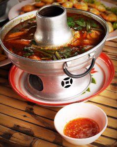 伝統的な器で調理されたトムヤムクン